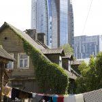 """zum Abriss vorgesehene Holzhäuser der """"Zigeuner"""" vor dem neuen Europa-Hochhausviertel am Nordrand der Stadt"""